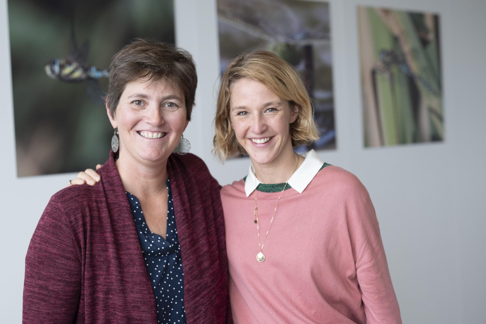 Photo de deux enseignantes, prise lors de la rencontre EcoSchools